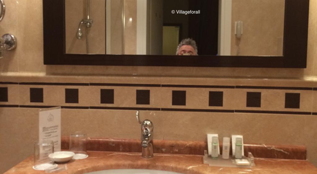 Specchio-inacessibile-in-hotel-per-disabili-Village for All